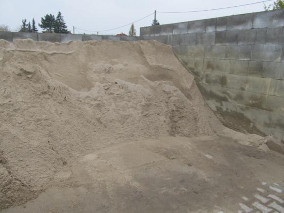 Písek betonový - oranžový, přírodní materiál. Frakce 0-2mm.