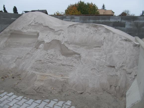 Písek křemičitý - bílý, přírodní materiál. Frakce 0 – 2mm.