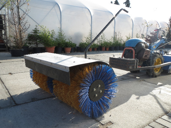 Trávníkový rekultivátor - zakladač trávníku